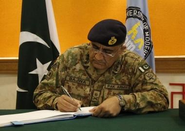 رئيس أركان الجيش الباكستاني يصادق على أحكام الإعدام بحق 15 إرهابيا